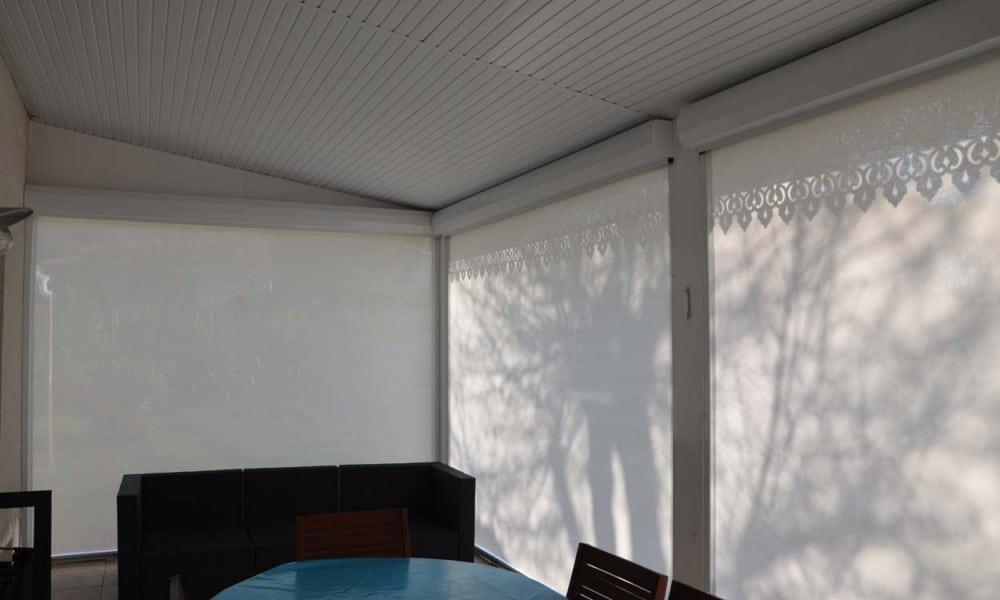 Comment protéger votre terrasse extérieure du vent et des intempéries ?