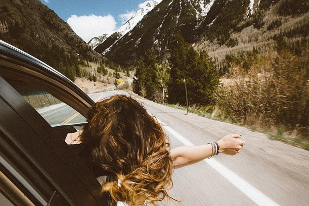 4 idées de coiffure pour voyager