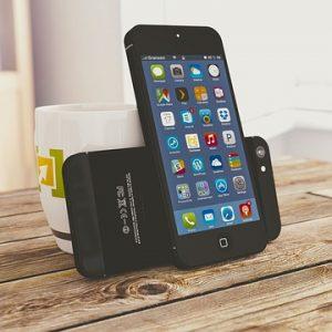 Conseils pour résoudre ce problème Vous venez de remarquer que votre iPhone chauffe depuis quelques temps mais vous ne savez vraiment pas pourquoi ? Cela veut peut-être dire que votre iPhone a sans doute un problème. D'abord il faut expliquer pourquoi votre iPhone chauffe au point de se fermer et refuser l'alimentation. L'existence d'un écran d'avertissement de température, prouve que Apple a conscience des problèmes de surchauffe de l'iPhone. Evitez la surchauffe de votre iPhone : découvrez d'autres astuces gratuites en cliquant ici... Apple explique que la simple utilisation du GPS, applications et des jeux (quoi?!) peuvent causer l'arrêt de votre iPhone. C'est frustrant, mais comme un ordinateur, un iPhone chauffe quand il est en cours d'utilisation. Surtout quand il est connecté à une source d'alimentation, il devient de plus en plus chaud avec toutes les fonctionnalités en cours d'exécution. À un certain moment, le téléphone a juste besoin de quelques minutes pour prendre une pause et se refroidir à nouveau. En attendant une solution, voilà quelques conseils pour éviter que votreiPhone chauffe. Cliquez pour le livre au format Kindle ! Conseils pour éviter que son iPhone chauffe Désactiver tous les services de localisation (GPS) quand vous les utilisez pas surtout quand votre iPhone est en charge. Mieux encore: ne pas utiliser Turn-by-Turn qui ne cesse de pinguer le GPS pour mettre a jour l'emplacement. La situation idéale serait de générer les indications et les enregistrer pour une utilisation hors ligne surtout pour les longs trajets. Obtenez un adaptateur (allume-cigare) de voiture neuve approuvé par Apple. Les adaptateurs non officiels génèrent parfois plus d'énergie qu'il ne faut. Effacer (formater) complètement votre téléphone et configurer à nouveau (Ne pas restaurer à partir d'une sauvegarde). Ne pas utiliser un cache de protection tout en rechargeant votre iPhone. Désactivez tous les services inutiles, comme le Bluetooth, Wi-Fi, et même push e-mail et 