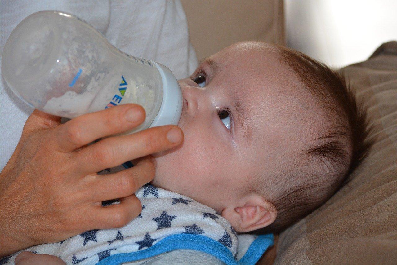 Trouver le lait artificiel qui convient à bébé