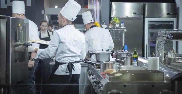 Quels matériels sont indispensables dans une cuisine de restaurant ?